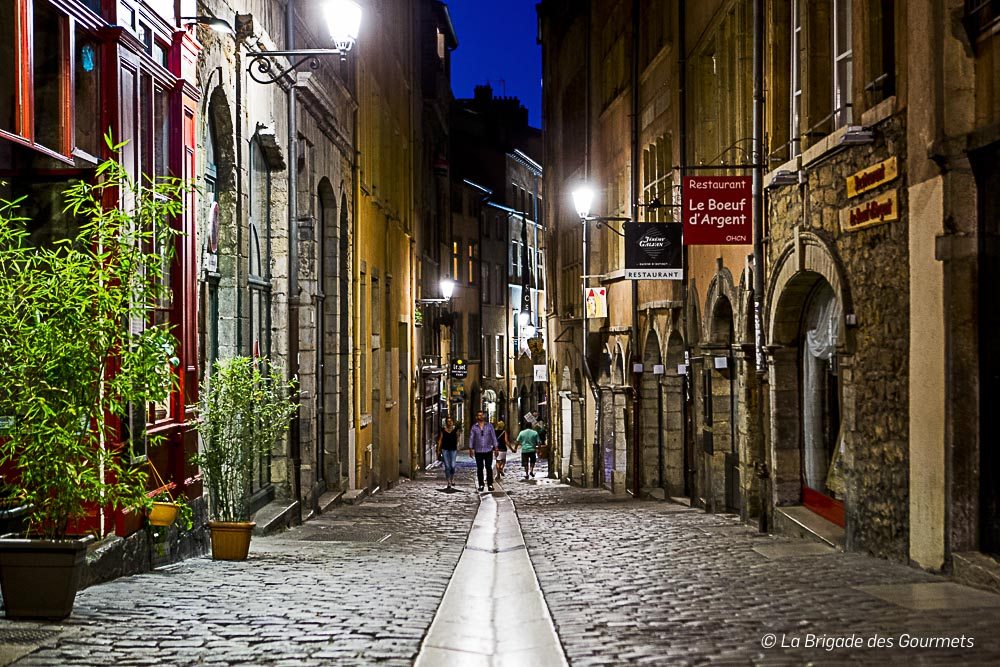 Rue pavé du Vieux Lyon de nuit