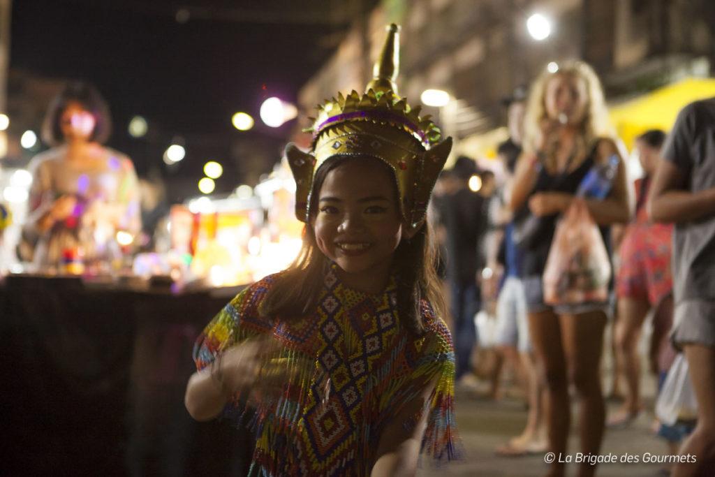 Des petites filles en tenues traditionnelles marquent l'entrée du marché