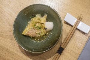Le repas débute par une bouchée en forme de raviole par le Chef Éric Ticana. Sa pâte est très fine, elle se déguste avec plaisir.