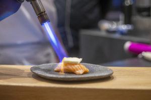 Flambage du sushi saumon brie