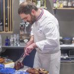 Romain Leboeuf découpe le plat coup de cœur de la soirée.