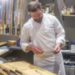 Romain Leboeuf admire les couteaux du chef Éric Ticana