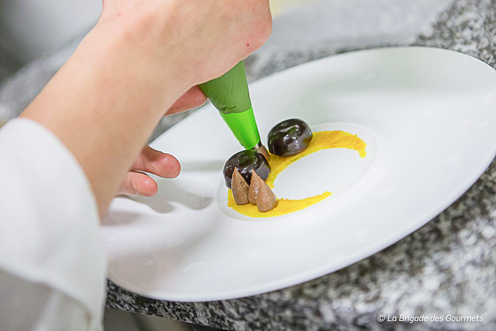 montage du dessert chocolat kumquat et sesame noir