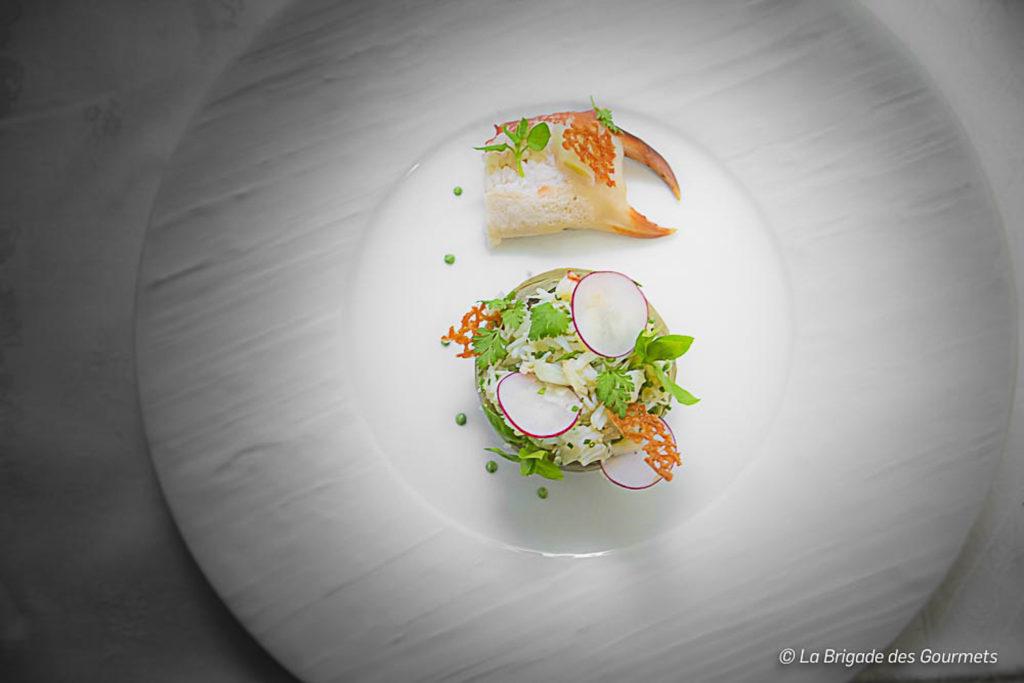 Pince de crabes et artichaut