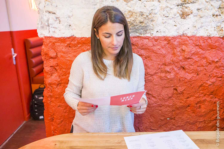 la chef Jennifer Taïeb regarde le menu