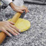 aplatir la pâte au rouleau